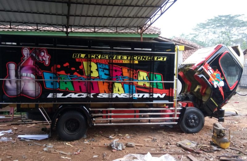 cutting sticker bak truk canter hitam by dot sticker